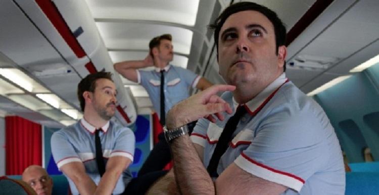 Kritik: Fliegende Liebende (ES 2013) – Almodóvar lässt in luftigen Höhen die Fetzen fliegen