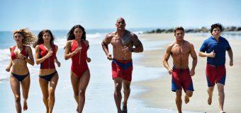 Sonne, Strand und Freedom-Speedos im neuen Super-Bowl Trailer zu Baywatch